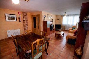 Casa rural con amplio salón con chimenea, terraza, garaje y merendero con asador