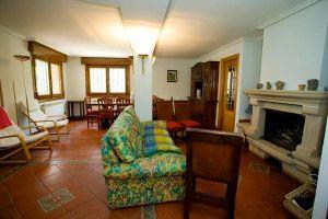 Casa rural con amplio salón con chimenea en Santo Domingo de Silos