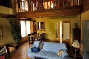 Gran salón con chimenea, comedor y biblioteca - Casa rural La Morera de Agustina