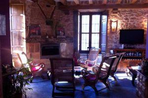 Salón con chimenea Posada rural El Señorío de la Serrezuela