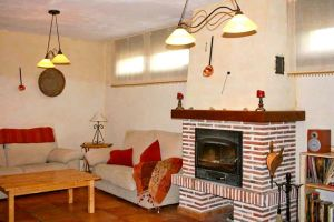 Casa rural con amplio salón con chimenea y zona de televisión - Oquillas