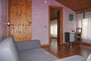 Casa rural dividida en tres plantas con 6 habitaciones