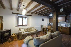 Salón con chimenea y calefacción en Las Merindades - Burgos