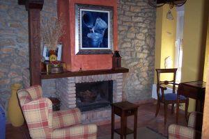 Amplio salón comedor con chimenea - Casa rural La Serna en Las Merindades