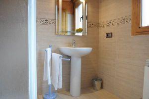 Habitaciones con baño y televisor - Centro de Turismo Rural Fuentelamora