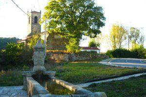 Terraza, amplio jardín y aparcamiento - Hotel rural La Pradera en Quintanaentello - Burgos