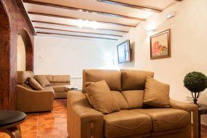 Amplio salón con chimenea, televisión panorámica y sala de lectura - Hotel rural Princesa Kristina en Covarrubias