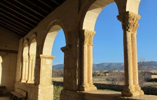 Una de las galerías porticadas más bellas de toda la provincia de Segovia - Tenzuela